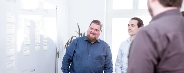 Besprechung zur Software-Entwicklung am Whiteboard
