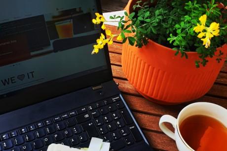 Laptop und Kaffee auf dem Balkon